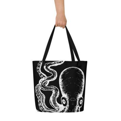 sac fourre tout noir avec pieuvre géante blanche et main