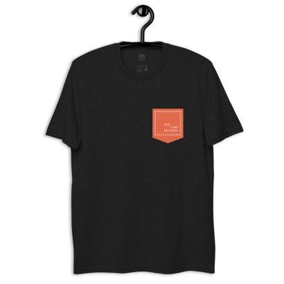 le t-shirt noir en coton recyclé avec fausse poche sur cintre